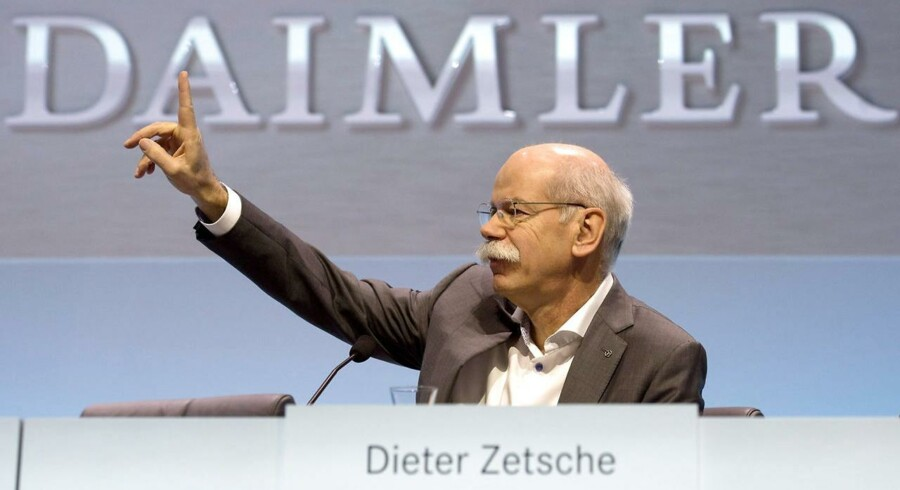 Den tyske bilproducent Daimler kom ud af fjerde kvartal i høj fart og venter at skrue endnu mere op for indtjeningen i 2016. På billedet ses den administrerende direktør, Dieter Zetsche på en tysk bilmesse.