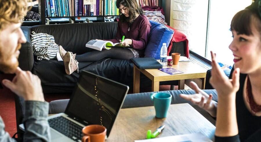 Studerende fra kultur- og sprogmødestudier på Københavns Universitet diskuterer. Dimensioneringsmodellen skal sikre, at færre studerende bliver uddannet til ledighed. Uddannelsesminister Sofie Carsten Nielsen (R) vil nu ændre modellen, så den først skal være gennemført i 2018 i stedet for som planlagt i 2017.