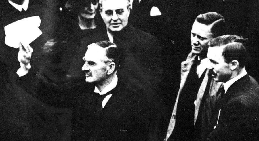 Den engelske premierminister Neville Chamberlain efter sit møde med Hitler i München 1938. Han vifter med fredsaftalen mellem de to lande og udtaler de berømte ord: »Peace in our time«.