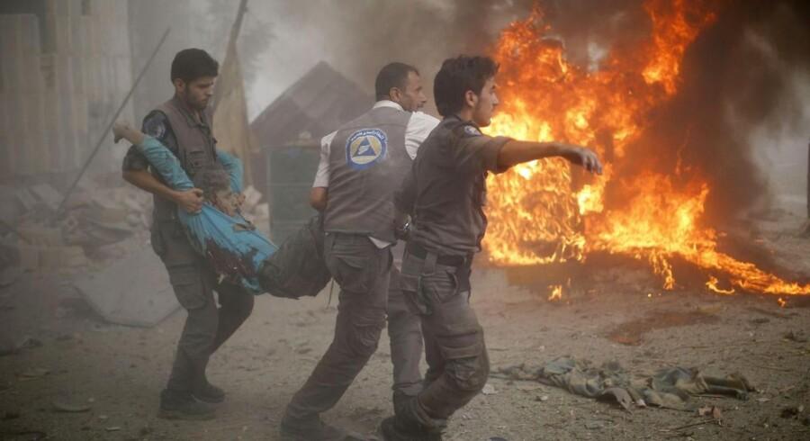 En såret mand bæres væk efter et syrisk luftangreb.