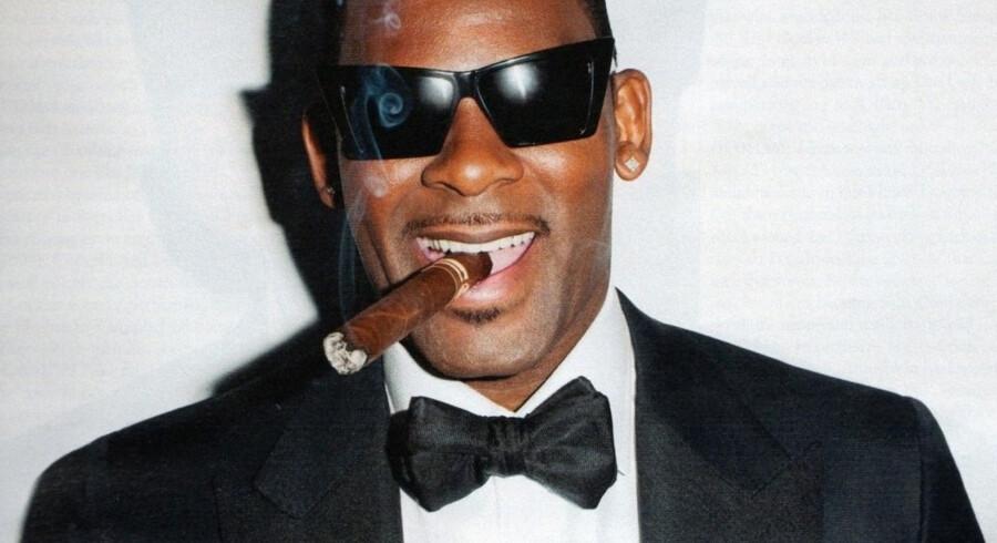 R. Kelly med vanlig høj cigarføring.