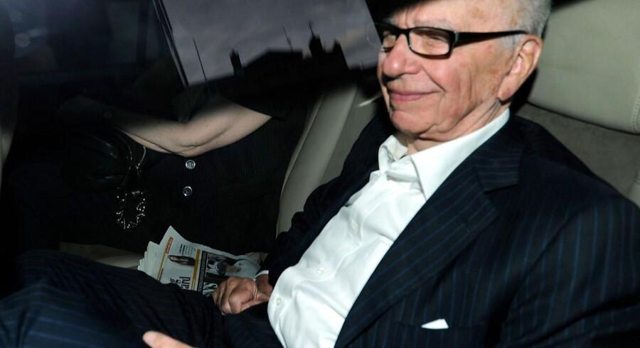 Rupert Murdoch ankommer til sit hjem i London, efter avisen News of the World er lukket ned i kølvandet på skandalen om blandt andet telefonaflytning af et mordofffers telefon og efterladte til dræbte soldater og terrorofre. De seneste beskyldninger går på, at også premierministre og den kongelige familie er blevet aflyttet.