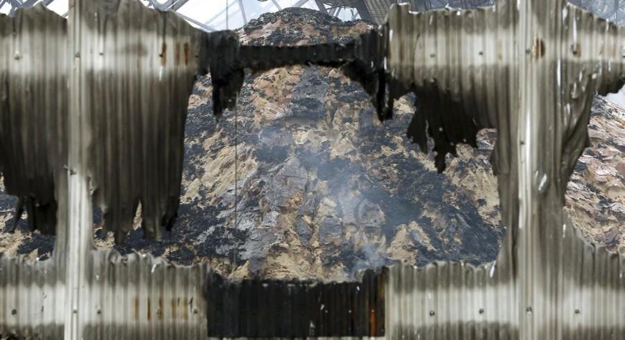 Et bjerg af brændt sukker i en af lagerbygninger på havnen i Santos.