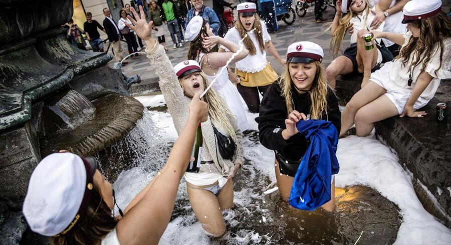 Danskerne er de mest skamløse, skriver engelsk journalist. Her ses nogle studenter fejre eksamensbeviset ved Storkespringvandet i København.