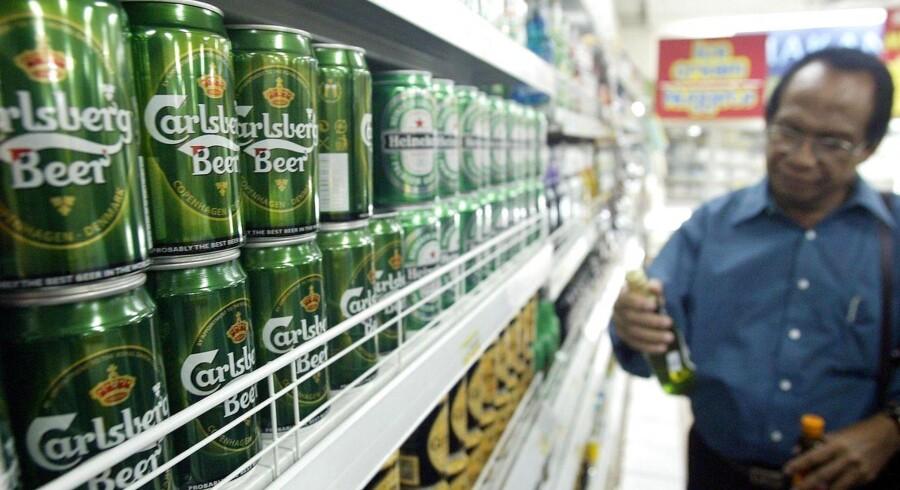 Carlsberg-øllene skal være væk fra hylderne i de små butikker i Indonesien torsdag den 16. april, hvor det nye alkoholforbud træder i kraft. REUTERS/Dadang Tri/Scanpix.
