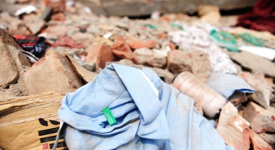 En færdigproduceret skjorte fra den fabrik i Bangladesh, der onsdag styrtede sammen med over 300 dræbte til følge. Handelsministeren har opfordret danske virksomheder til at offentliggøre leverandørerne, så uvildige kan kigge på, om forholdene er i orden på tekstilfabrikkerne. Foto: Munir uz Zaman, APF.