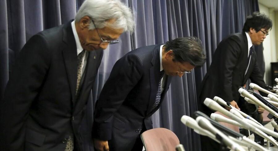 Mitsubishi Motors Corp's topdirektør Tetsuro Aikawa (Centralt) med resten af ledelsen undskylder ved pressekonference.