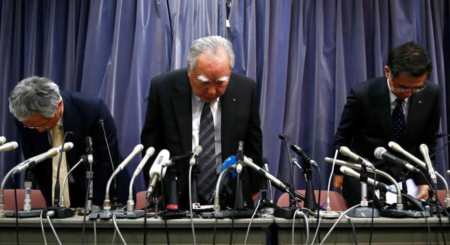 Suzuki CEO, Osamu Suzuki (midt).