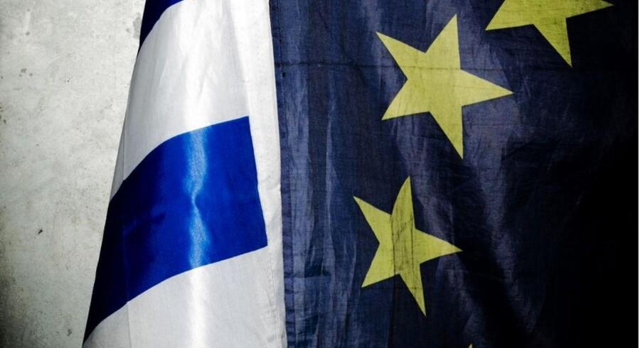 Det græske national flag ved siden af EU flaget