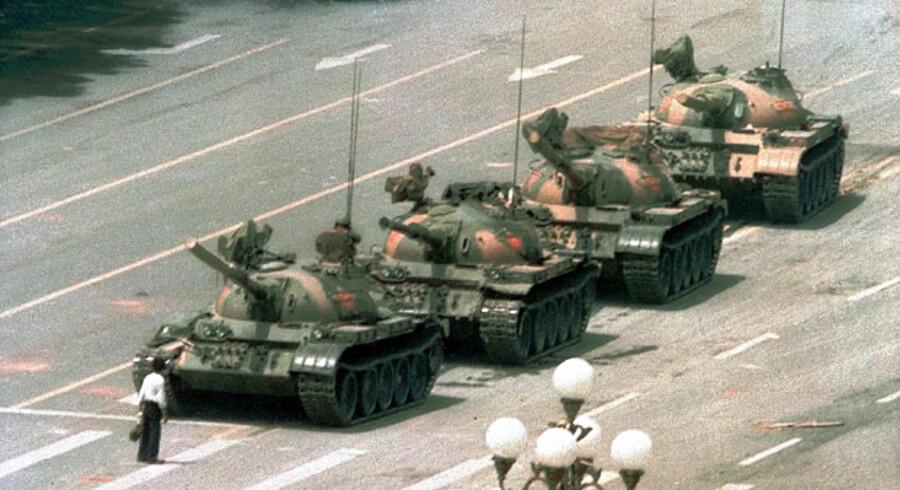 Den ukendte »Tank Man« stillede sig dagen efter massakren op foran en kampvognskolonne på Den Himmelske Freds Plads. Han blev trukket væk af andre tilstedeværende, og kampvognene kunne køre videre.