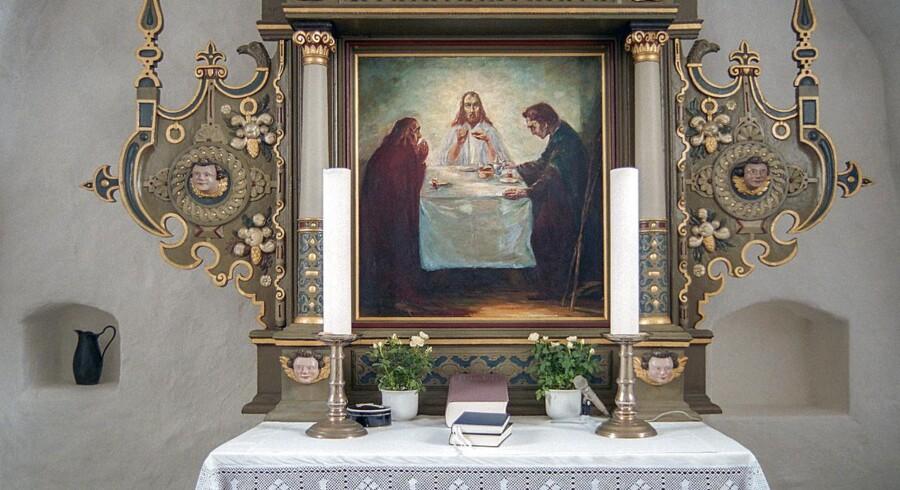 (ARKIV) Altertavlen i Ølstrup Kirke med temaet Kristus i Emmaus er malet af Emil Nolde i 1904 her fotograferet den 1. juli 2005. Maleriet af er dukket op i Nordtyskland.
