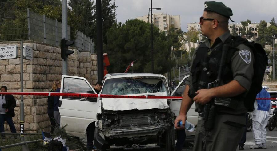 Stemningen i Jerusalem er højspændt onsdag aften, efter en palæstinenser tidligere på dagen kørte sin bil ind i to grupper israelere på en af byens hovedveje.