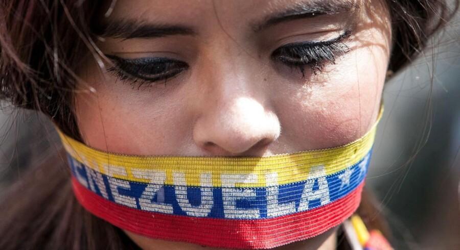 Ifølge Bloomberg News er sandsynligheden for, at Venezuela går statsbankerot i løbet af de næste fem år steget til 90 pct. - det højeste niveau i verden.
