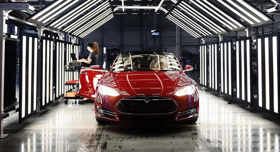 James Bond kører en Aston Martin DB10 i den nye »Spectre«. Men hvis han selv kunne vælge, ville han køre Tesla, mener Teslas grundlægger sjovt nok.