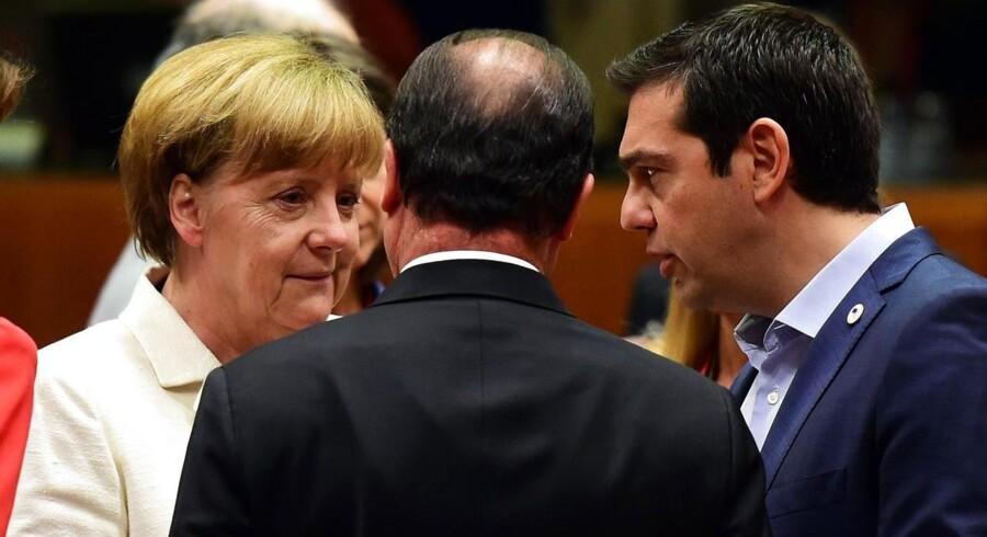 Den tyske kansler Angela Merkel (til venstre) og den franske præsident Francois Hollande (midten) må gøre det tydeligt for grækerne og den græske premierminister Alexis Tsipras (til højre), at man som medlem af EU og euroen overholder sine forpligtelser, mener Carnegie.