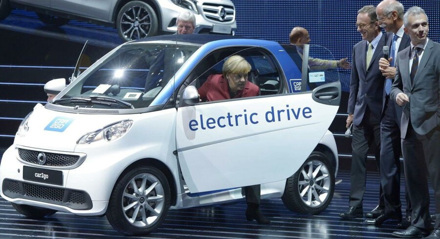 Delebilskoncepterne vokser støt i Tyskland. Her er det kansler Angela Merkel, der er på vej ud af en delebil fra Daimlers Car2Go.