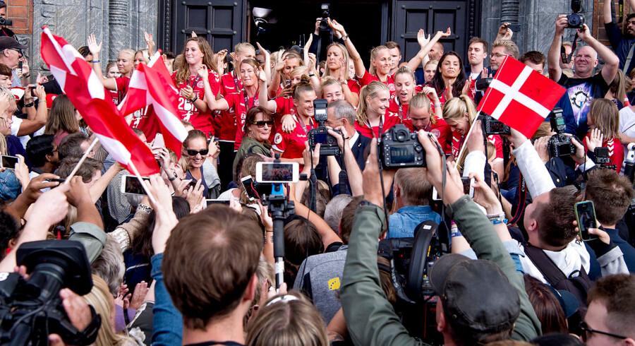 Mandag d. 7. august 2017 blev de danske fodboldkvinder hyldet på Københavns Rådhus efter at have vundet sølv ved Europamesterskaberne i Holland. Til de mange fremmødte fans store skuffelse fik pigerne ikke lov til at træde ud på balkonen. (Foto: Bax Lindhardt/Scanpix)