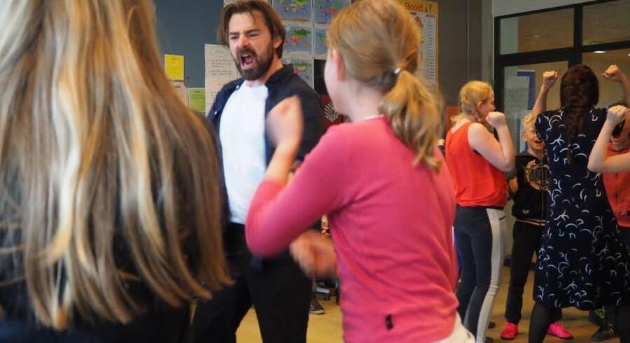Rolf Hansen fra Teatergrad øver med børnene i 4. klasse på Park Skole på Jagtvej. I »Krig – i børnehøjde« er eleverne lige så meget medvirkende som han og kollegaen Sandra Yi Sencindiver.