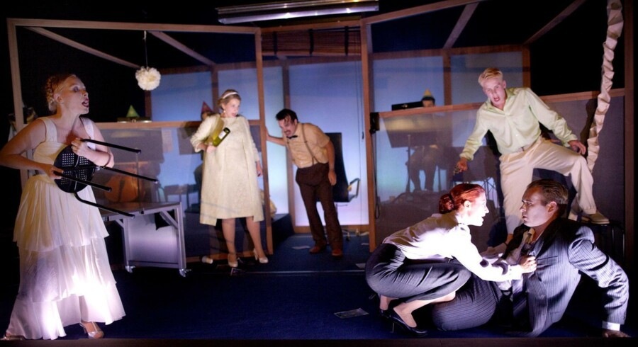 Det går voldsomt for sig i Malmö Operas version af »Don Juan« – som da festen i første akt ender i en herlig?slåskamp. Foto: Malin Arnesson
