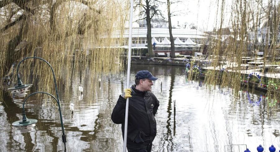 Tivoli kunne fremlægge en fint regnskab på et pressemøde på Fru Nimb. Udenfor var man ved at gøre klar til det kommende sæson. Her er det Stefan Mosegaard, der er ved at rengøre søen. Foto: David Leth Williams