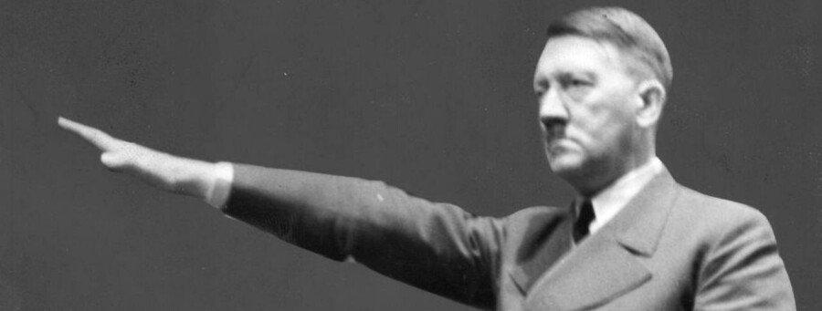 Nazi-Tysklands leder, Adolf Hitler, under en af sine taler. Magasinet Stern købte hans dagbøger for et tårnhøjt millionbeløb. De viste sig at være falske.