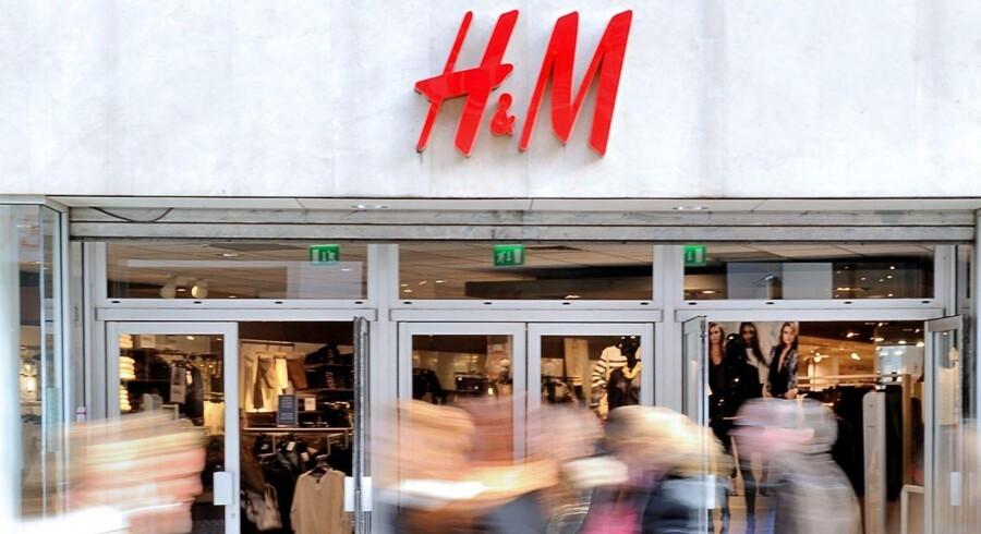 En varm august kan spores i salgstallene hos den svenske tøjgigant Hennes & Mauritz. Der er ikke set en måned, hvor væksten har været så sløj i de seneste to år, skriver Bloomberg News.