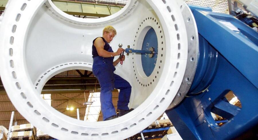 En medarbejder hos den tyske vindmølleproducent Nordex.