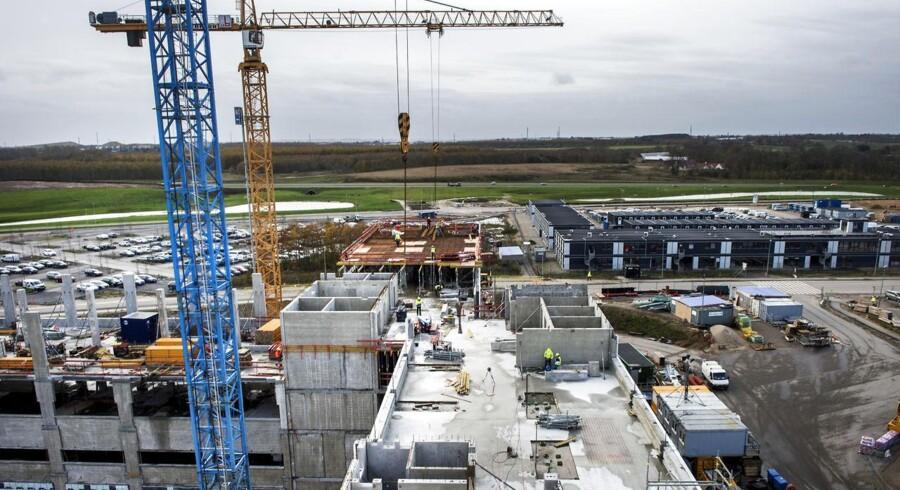 Supersygehuset i Skejbys akutcenter skulle efter planen stå klart ultimo 2016, men er nu udskudt til efteråret 2017, ligesom at halvdelen af en administrationsbygning skal spares væk.