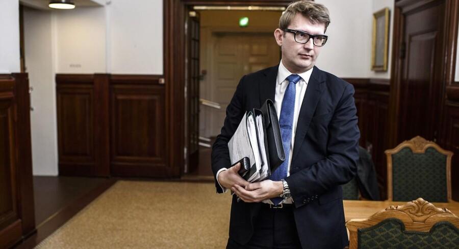 Erhvervs- og vækstminister Troels Lund Poulsen (V) undersøger nu sagsforløbet omkring den kuldsejlede Andelskassen JAK.