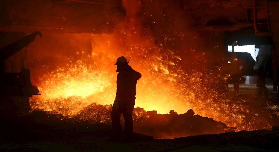 En af Kinas største stålproducenter, det statsejede Wuhan Iron and Steel, har planer om at skære arbejdsstyrken i ståldivisionen ned fra 80.000 til 50.000 ansatte.