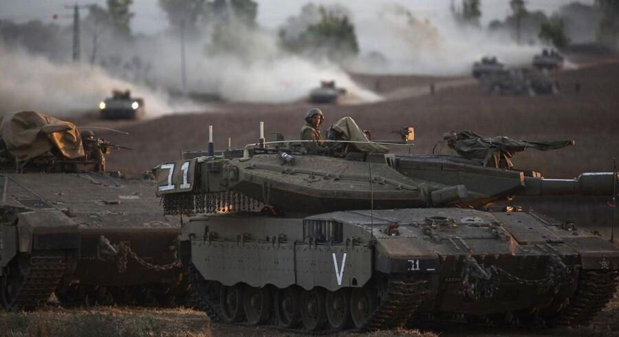 En israelsk soldat sidder klar i en kampvogn i den nordlige del af Gazastriben fredag, hvor Israel intensiverede den militære offensiv. Foto: Ronen Zvulun/Reuters