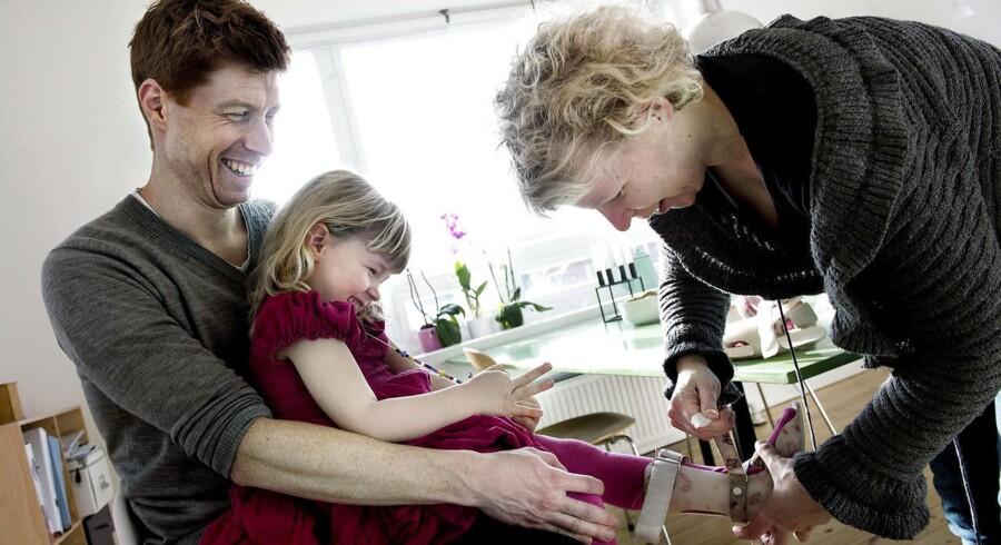 Tre-årige Filippa, der her ses sammen med sine forældre,Troels og Sine Radmer Jensen, fik en hjerneskade under fødslen, fordi lægerne gav Filippas mor lægemidlet Cytotec. Foto: Liselotte Sabroe