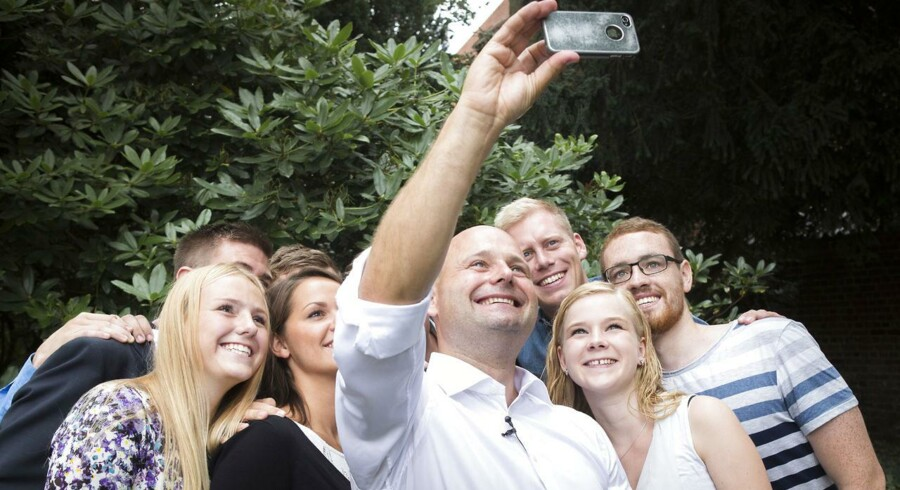 ARKIVFOTO: Søren Pape tager en selfie sammen med Konservativ ungdom (KU) til pressemøde i Bibliotekshaven.