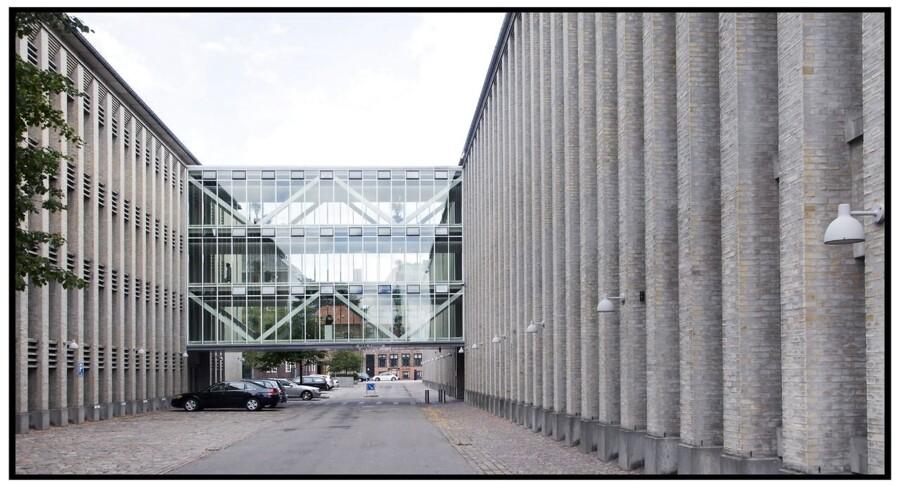 Udenrigsministeriet Asiatisk Plads 2 med gangbroen der forbinder de to bygninger.