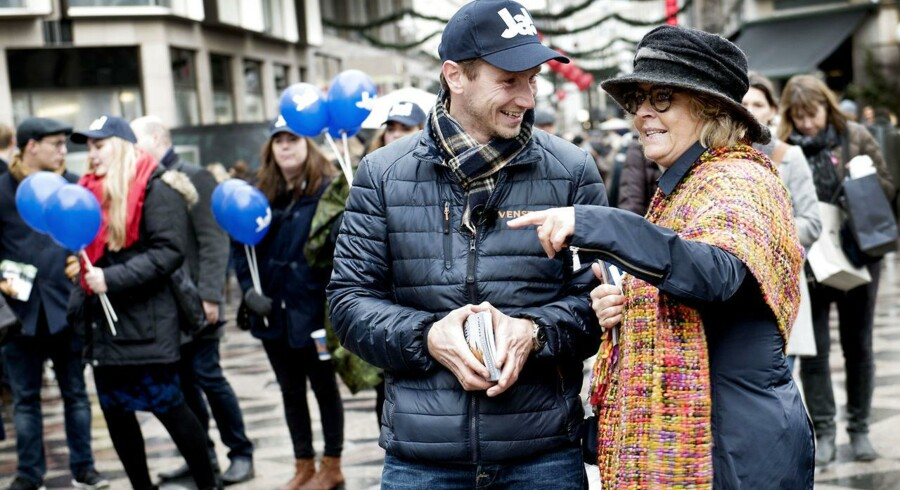 En række af Venstres borgmestre og kommunalpolitikere angriber nu ja-kampagnen for at være ude af sync med vælgerne. På billedet Kristian Jensen, Venstre-næstformand, og Stine Bosse fra Europabevægelsen deler valgmatriale ud på Strøget.