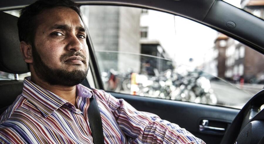 Hamid Hoshin er Über chauffør ved siden af sit normale job. Han gør det for at tjene ekstra penge til familien, der i øjeblikket står svært økonomisk.