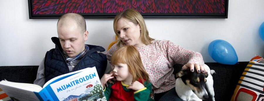 Tine Tholander og Klaus Ulrik Mortensen datteren, hvis fødsel nær havde kostet Tine livet og har betydet, at hun ikke kan få flere børn.