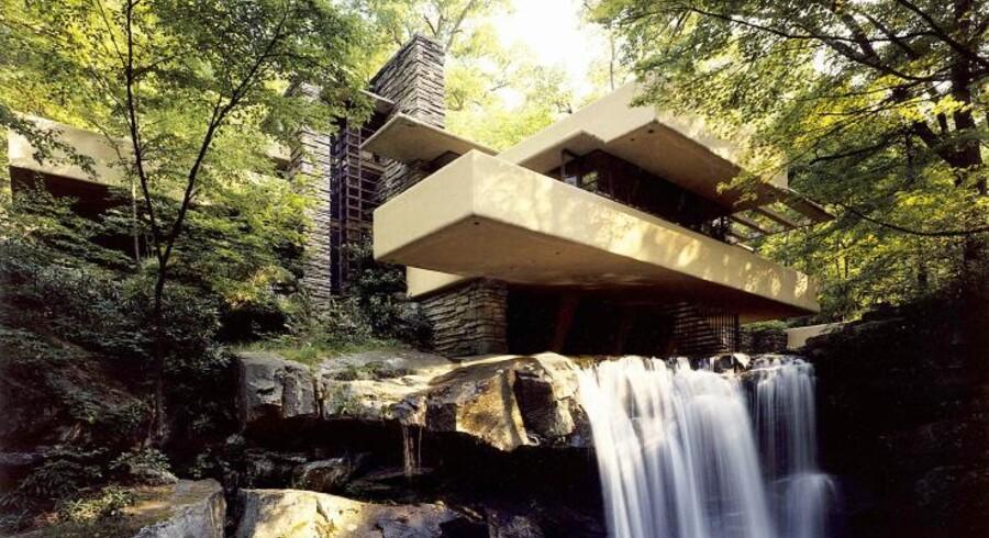 Fallingwater står for mange som huset over alle huse. Det er opført midt i en skov, henover et brusende vandfald, der løber direkte igennem dagligstuen. Mindre kunne ikke gøre det.