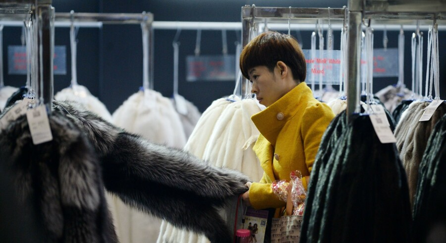 Kopenhagen Furs stand under »China Fur and Leather Products Fair«, der løb af stablen i Beijing i disse dage – fra 14. til 16. januar - er velbesøgt. Men trods et dyk i pelsindustrien håber man alligevel at vende nedtur til optur hos Kopenhagen Fur. Foto: Wang Zhao/AFP