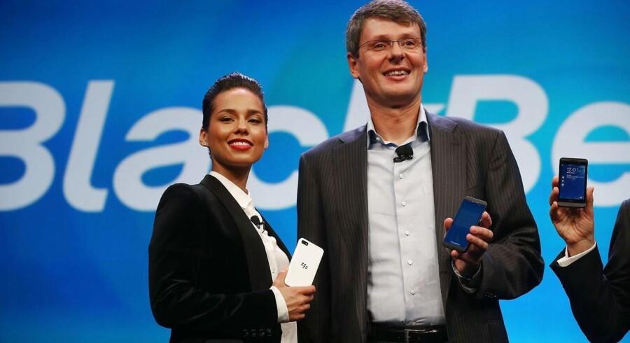 Alicia Keys var med, da Blackberrys daværende topchef, Thorsten Heins, for et år siden præsenterede den nye Blackberry 10-serie, men den solgte så dårligt, at Blackberry op til jul måtte tage en kolossal nedskrivning. Arkivfoto: Mario Tama, Getty/AFP/Scanpix