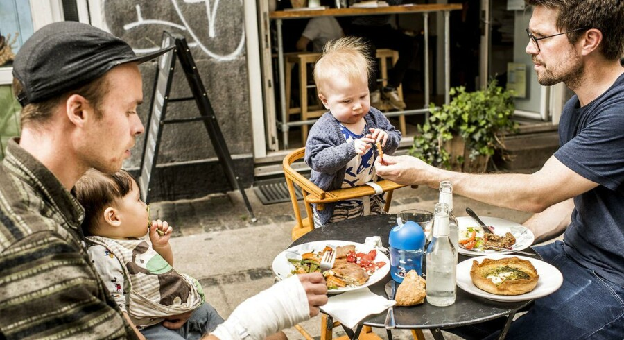 Arkivfoto: Jens (tv) og Rasmus er begge på barsel og spiser, sammen med deres børn, frokost på café Sonja.