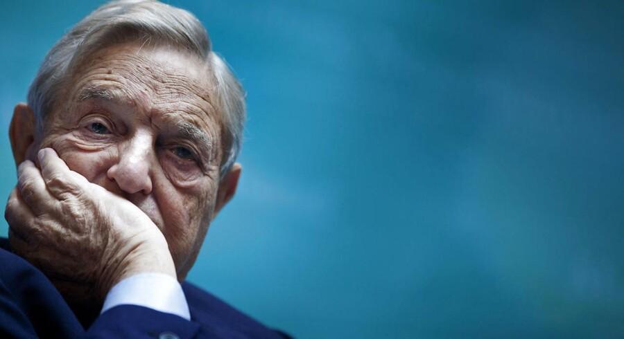 Milliardæren George Soros ser tegn på, at de globale markeder nu står over for en krise, som har lighedstræk med finanskrisen i 2008. Kina kæmper med at finde en ny vækstmodel, og Kinas devaluering af landets møntfod, yuan, medfører problemer for resten af verden. Samtidig er forsøget på at hæve renterne en udfordring for den vestlige verden, påpeger George Soros.