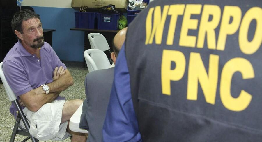 Den anholdte John McAfee (til venstre) afhøres af Interpol-agenter efter tilbageholdelsen i Guatemala City, hvor han er anklaget for ulovlig indtrængen i landet på flugt fra en mordundersøgelse i nabolandet Belize. Foto: Policia Nacional Civil, Reuters/Scanpix