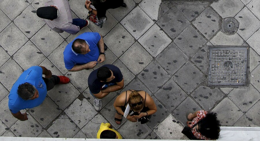 Rigtigt mange grækere tilbragte søndagen i kø foran en hæveautomat i håb om at få fat i nogle af deres penge, inden det bliver for sent. Foto: Yannis Behrakis/Reuters