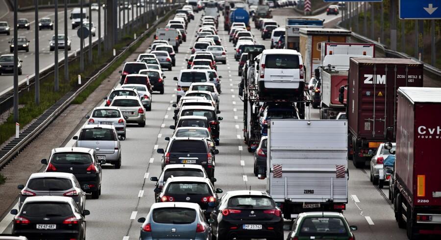 »Trafikområdet er et andet felt, hvor vi har brug for kloge incitamenter, og hvor en solidarisk brugerbetaling var et middel til en bæredygtig, effektiv trafik. Trængselskommissionen fastslog, at der i 2025 i hovedstaden vil ske ca. 346.000 flere daglige bilture end i dag – med mere CO2 som resultat. Vi har brug for at motivere os alle til at dele vores biler eller tage bus, tog eller cykel,« skriver Charlotte Fischer (R). Foto: Dennis Lehmann/Scanpix