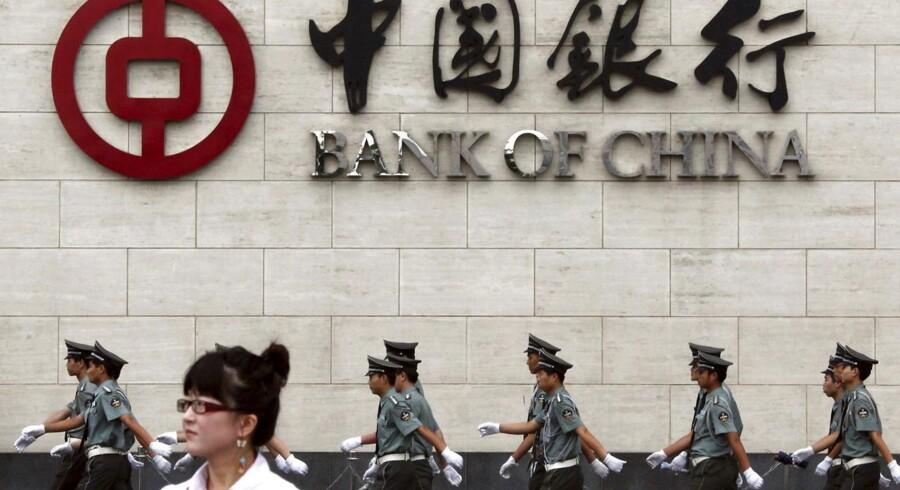 Den kinesiske centralbank, Peoples Bank of China, svækkede mandag den såkaldte referencekurs for yuan med 0,2 pct. og har nu lavet den manøvre otte ud af de sidste handelsdage. Yuan er nu på det laveste niveau siden 2011.