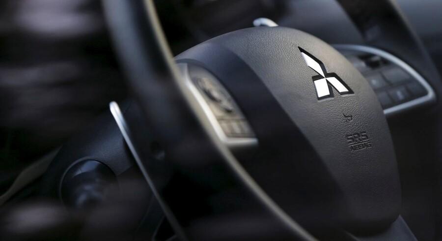 Arkivfoto: Mitsubishi logo på bilrat.