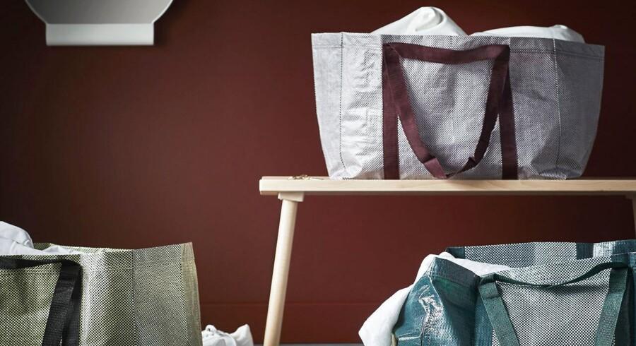 Den opdaterede udgave af IKEA's klassiske pose vil kunne fås i seks farvekombinationer og kommer til at koste 15 kroner stykket.
