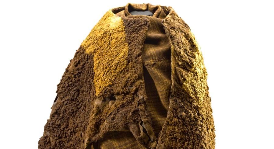 Som de fleste moselig, der er blevet fundet i Danmark, var den såkaldte Huldremosekvinde fuldt påklædt, da hun blev lagt i en gammel tørvegrav i Huldremosen ved Ramten på Djursland mellem 350 og 41 f.Kr. Hendes dragt er en af de ældgamle beklædningsgenstande, som er blevet undersøgt med en ny videnskabelig metode. Foto: Nationalmuseet