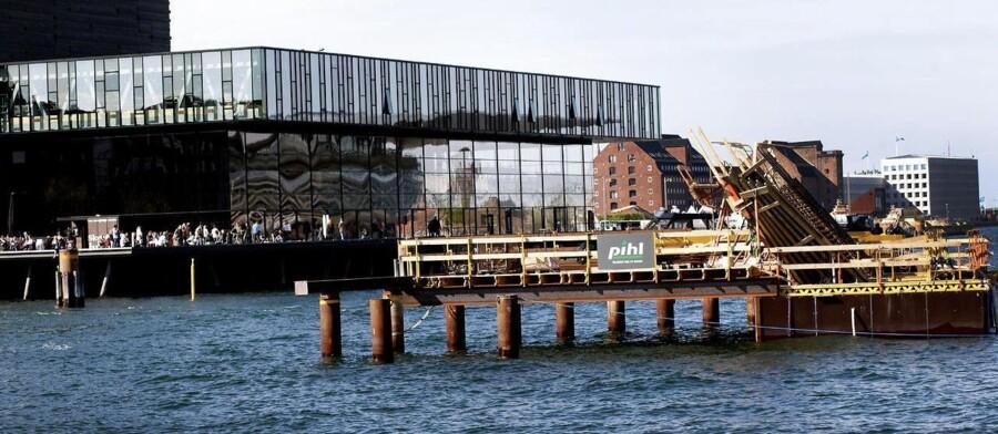 En ny bro er ved at blive bygget ved Nyhavn og Skuespilhuset.